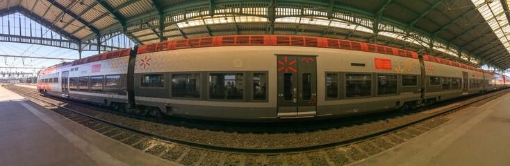 Quai de gare ferrovière et train