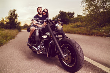 La pose en embrasure Motocyclette Romantic picture with a couple of beautiful young bikers