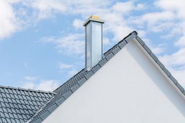 Satteldach und Schornstein