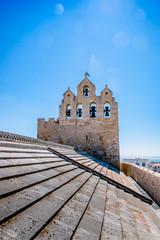 Clocher et toit de l'Église fortifiée Notre-Dame-de-la-Mer vu des toits de léglise