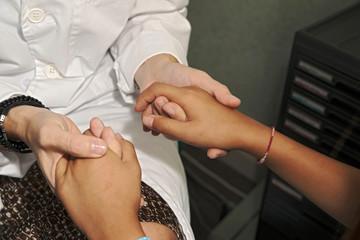 manos de dos personas doctora y niña  entrelazadas