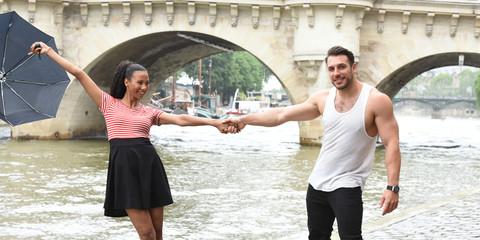 jeune couple amoureux à paris