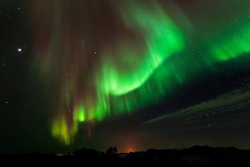 paesaggio notturno con stelle e aurora boreale verde