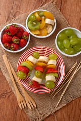 spiedini di frutta assortita