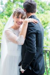 Glückliches Brautpaar bei der Hochzeit