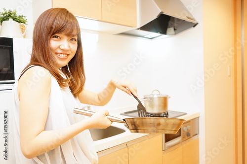 young japanese woman cooking foods in a kitchen キッチン 料理 若い