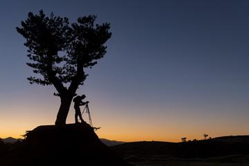 doğadaki fotoğrafçı silüeti