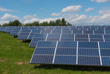 Solaranlage - Solarfarm - erneuerbare Energien - Ökostrom - Photovoltaik Anlage