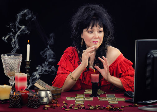 Clairvoyant working online with Lenormand cards