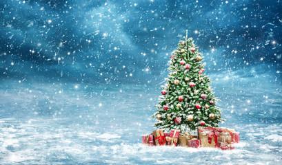 Weihnachtsbaum, geschmückt und eingeschneit