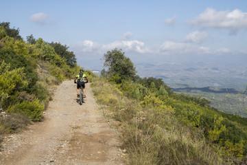 Cyklist på mountainbike cyklar i de spanska bergen