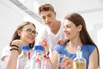 Lekcja chemii. młodzież w szkole