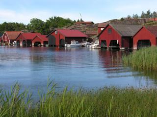 Bootshäuser in den schwedischen Schären auf der Insel Harstena