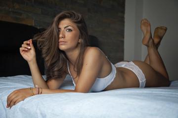 bella razza sdraiata sul letto