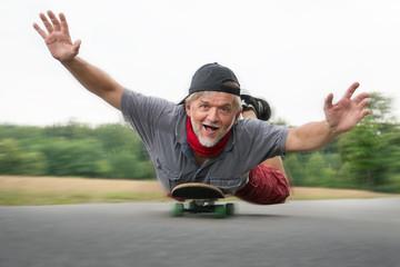 Rentner auf Skateboard glücklich