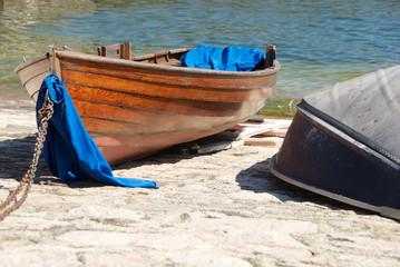 Piccole barche di legno nel porticciolo di Arona sul lago Maggiore