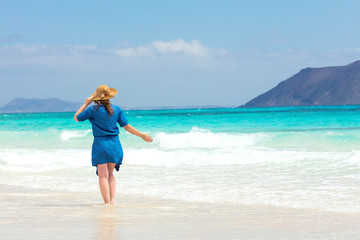 Fröhliche Frau am Paradisichen Strand