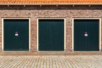 alte Garage mit grünem Holztor
