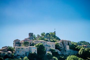 Le village de Reilhanette sur la route des Lavandes