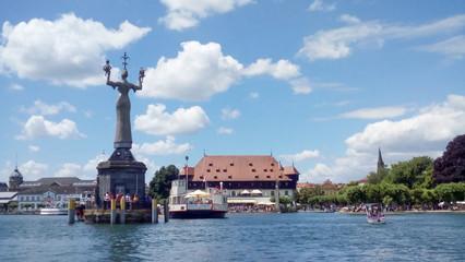 Hafeneinfahrt von Konstanz im Sommer mit Blick auf die Imperia
