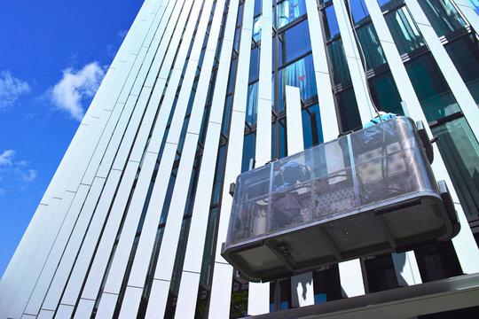 窓ガラス清掃中の高層ビル