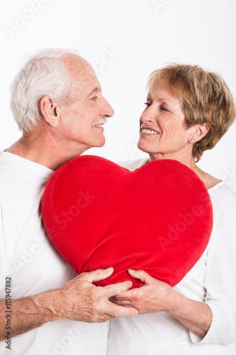 Couple de s niors avec un gros coeur dans les mains stock photo and royalty free images on - Un gros coeur d amour ...