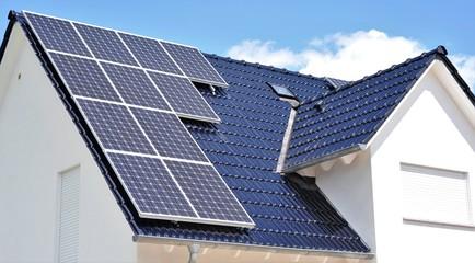 Ein dunkles Ziegeldach mit Photovoltaikanlage