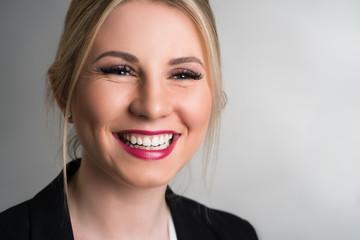 attraktive blonde lachende Geschäftsfrau