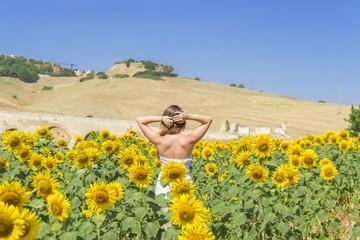 Mujer joven en un campo de girasoles