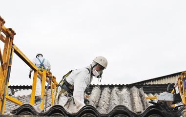trabajadores de amianto retirando tejado
