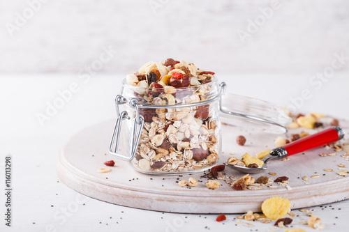 Foto: Homemade granola in jar , healthy breakfast of oatmeal muesli ...