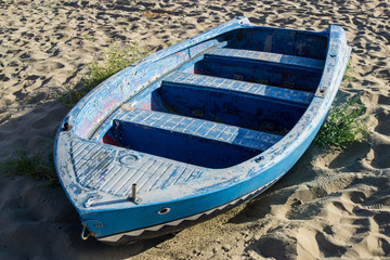 Gozzo, piccola barca da pesca italiana sulla spiaggia