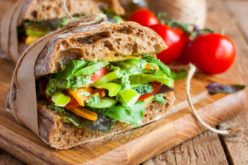 Photo sur Aluminium Snack veggie sandwich with vegetables and pesto