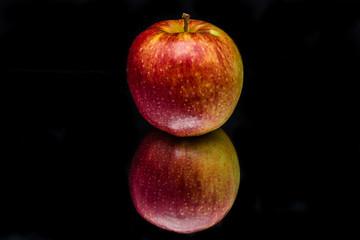 Красно желтое яблоко