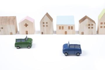 住宅街を走る車のイメージ