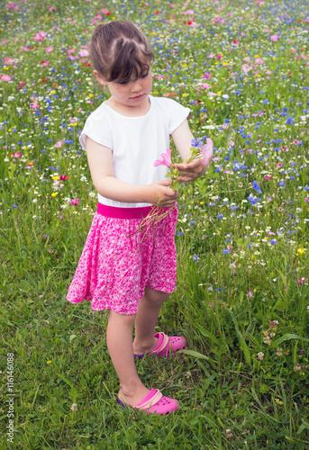 jolie jeune fille et son bouquet de fleurs imagens e fotos de stock royalty free no fotolia. Black Bedroom Furniture Sets. Home Design Ideas