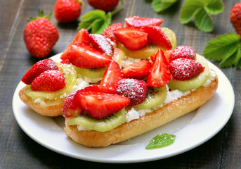 Bruschetta with strawberries and kiwi