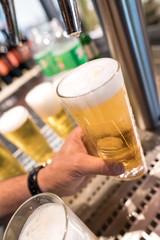 ein bier wird aus einer zapfenlager gezapft