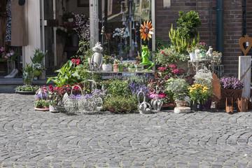 Blumengeschäft in der Fußgängerzone einer Stadt