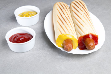 Obraz Francuski hot dog na szarym tle - fototapety do salonu