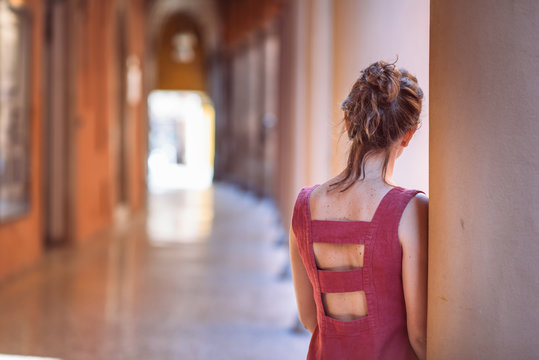 Bologna, ragazza di spalle sotto i portici di bologna