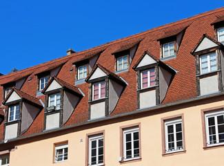 toit avec lucarnes et tuiles rouges - Lucarne Moderne Et Toit Tuile