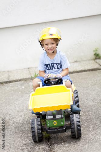 Quot kleiner junge auf seinem spielzeug traktor fotos de
