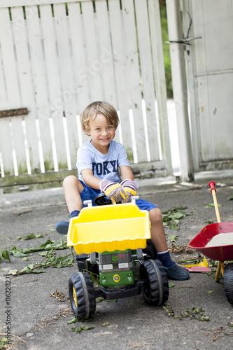 Quot kleiner junge auf seinem spielzeug traktor stockfotos