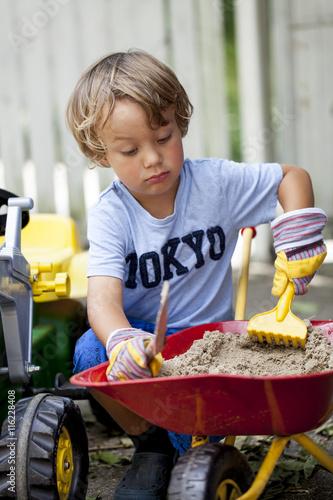 Quot kleiner junge auf seinem spielzeug traktor imagens e