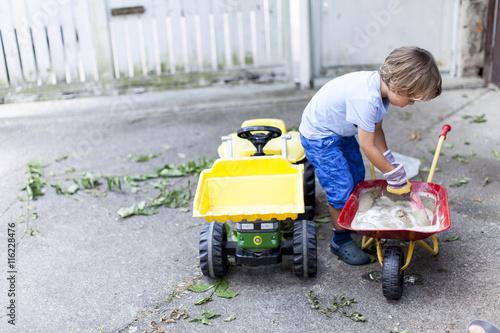kleiner junge auf seinem spielzeug traktor stockfotos und lizenzfreie bilder auf. Black Bedroom Furniture Sets. Home Design Ideas