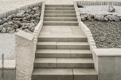 Steingarten Mit Treppe Aus Granit Und Massivem Briefkasten     Rockery With  Granite Staircase And