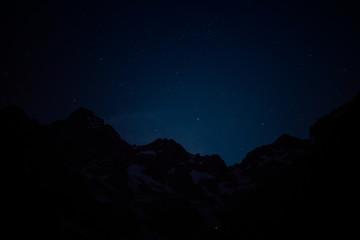 Nuit sous le ciel étoilé en montagne