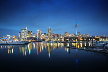 Poster de jardin Océanie Auckland cityscape at night, long exposure and selective focus at building