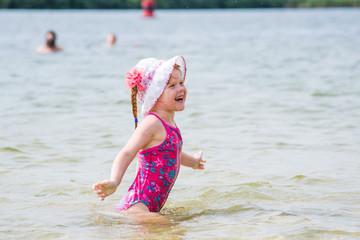 Молодая рыжая купается фото 509-234